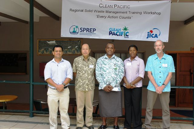Click to enlarge image Director_Environement_Fiji_with_JICA_and_SPREP_staff.jpg
