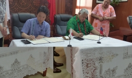 Parliamentary Vice Minister for Foreign Affairs, Japan, His Excellency, Mr. Masakazu Hamachi, and Honourable Prime Minister of Samoa, Tuilaepa Neioti Lupesoliai Sailele Malielegaoi, signing the Exchange of Notes. Photo: SPREP